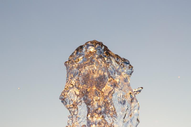 Отражены двигатель loseup ¡ Ð воды от фонтана ударенного вверх против голубого неба, падения shimmer воды в солнце и лучи стоковое изображение rf
