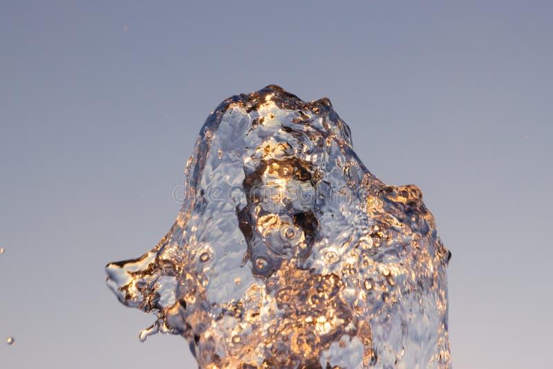 Отражены двигатель loseup ¡ Ð воды от фонтана ударенного вверх против голубого неба, падения shimmer воды в солнце и лучи стоковые изображения rf