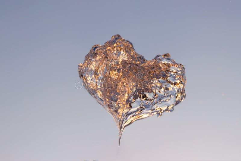 Отражены двигатель loseup ¡ Ð воды от фонтана ударенного вверх против голубого неба, падения shimmer воды в солнце и лучи стоковое фото rf