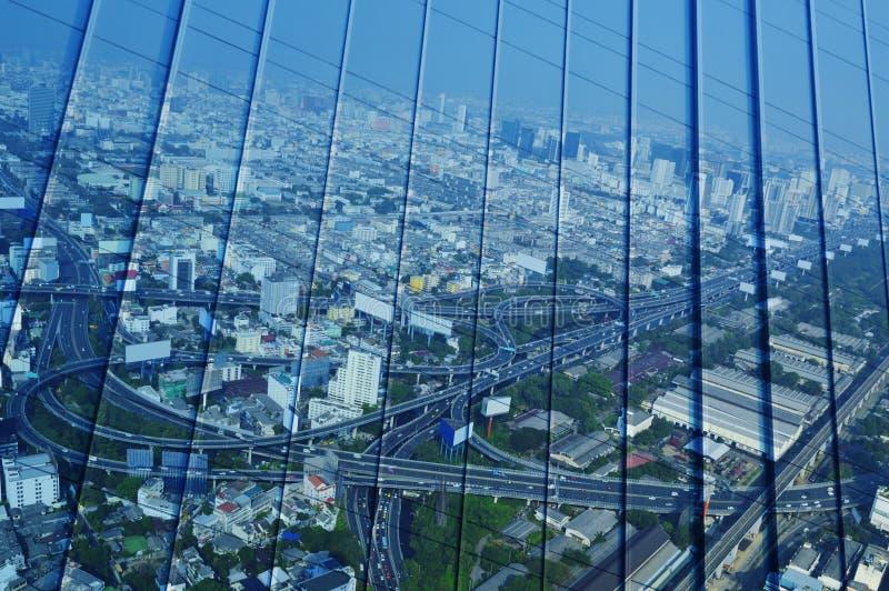 Отразите вида с воздуха скоростной дороги и шоссе городского пейзажа на мне стоковые фото