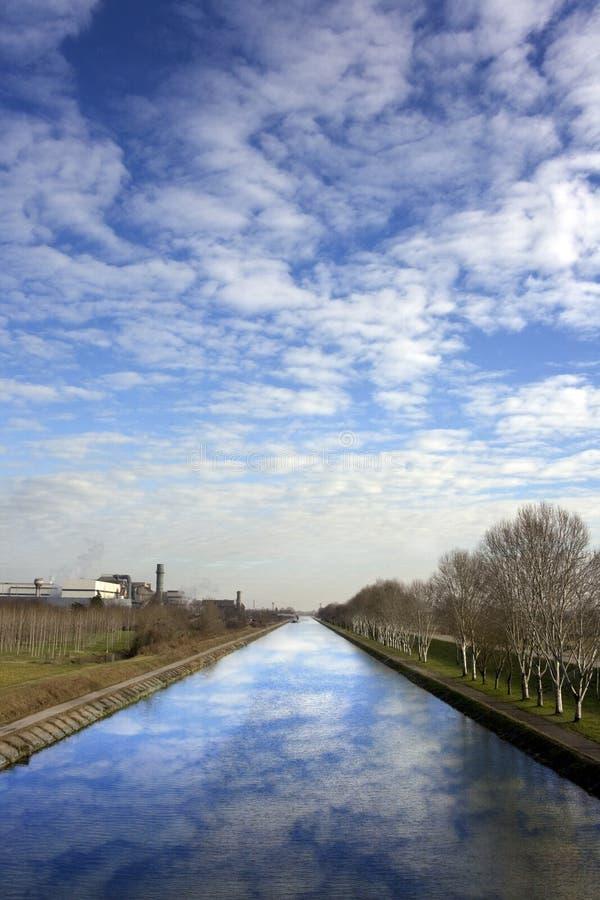 отразите небо стоковое изображение rf