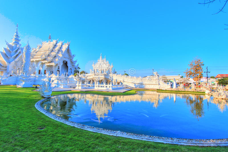 Отразите озеро внутри общественного белого виска с ясной предпосылкой неба стоковое изображение rf