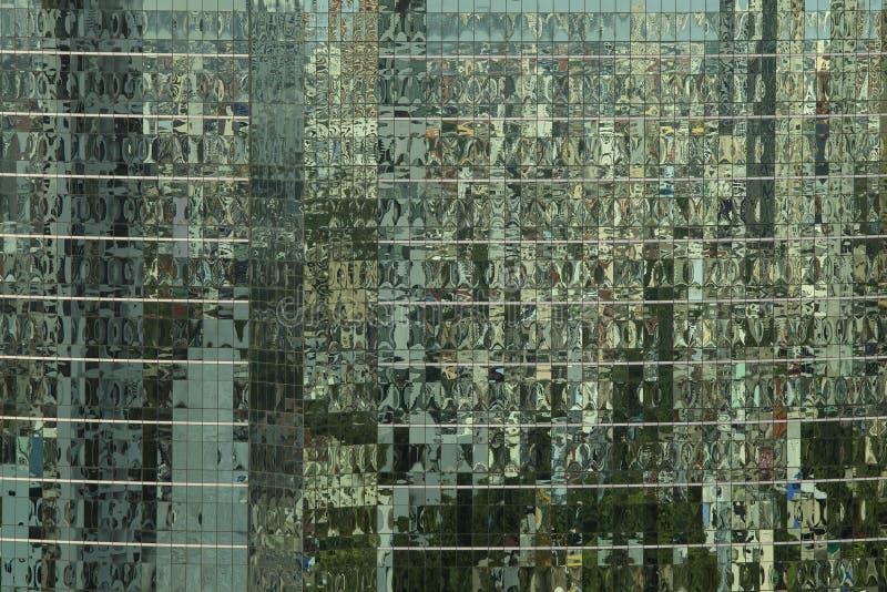 Отразите окна на современном офисном здании делая предпосылку p стоковые изображения
