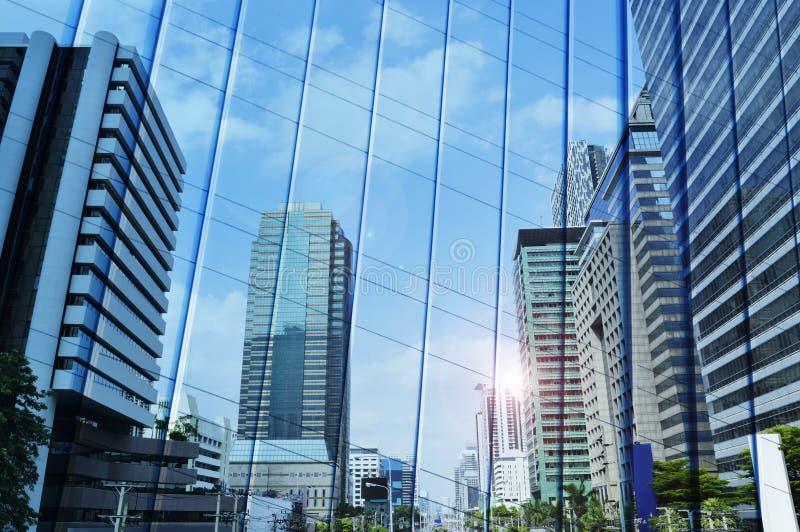 Отразите современной башни города на стене металла стоковая фотография