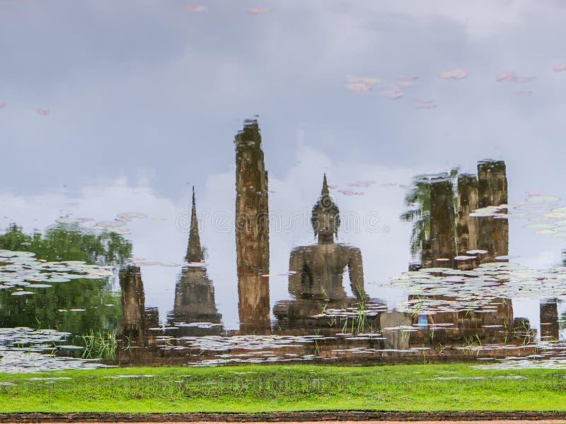 Отразите старого буддийского виска в пруде воды стоковые фото