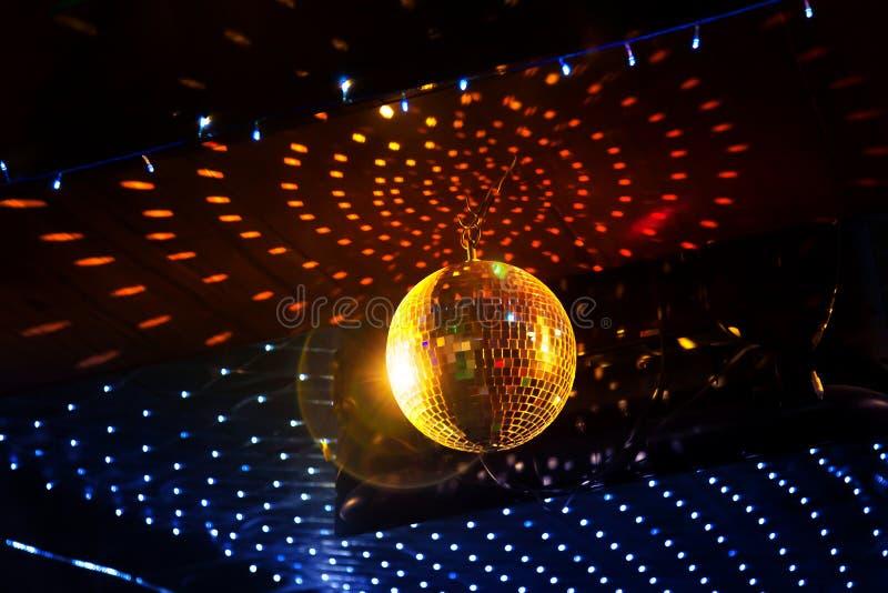Отразите шарик диско с светлым отражением на потолке стоковая фотография