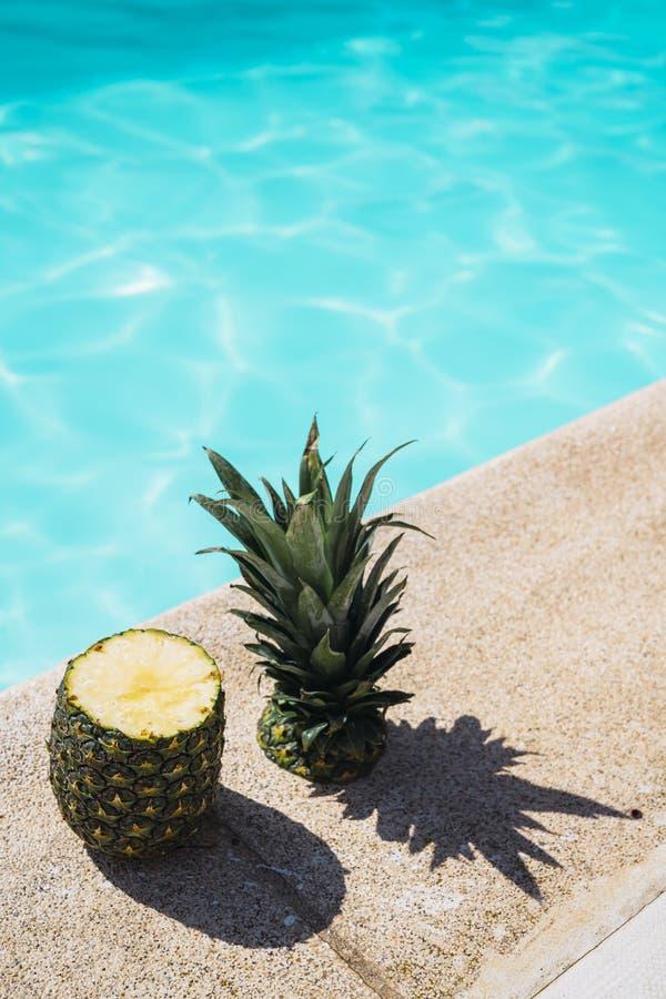 Отрежьте ананас на краю бассейна Ананас в бассейне с трудной тенью E стоковое изображение