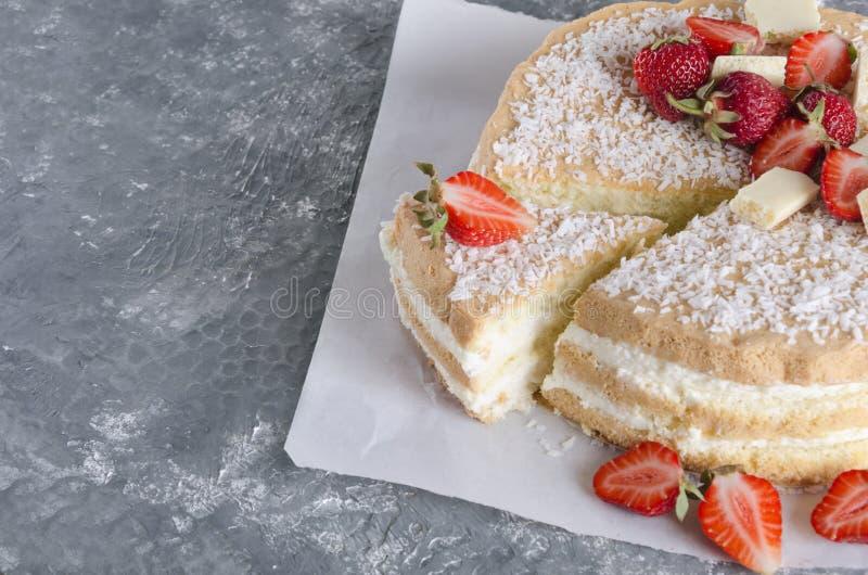 Отрежьте весьма очень вкусного торта губки со сливками и клубник стоковое изображение rf
