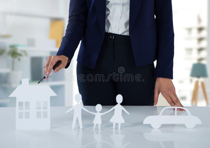 Отрежьте выходы страхования с женщиной в светлой комнате стоковое изображение rf