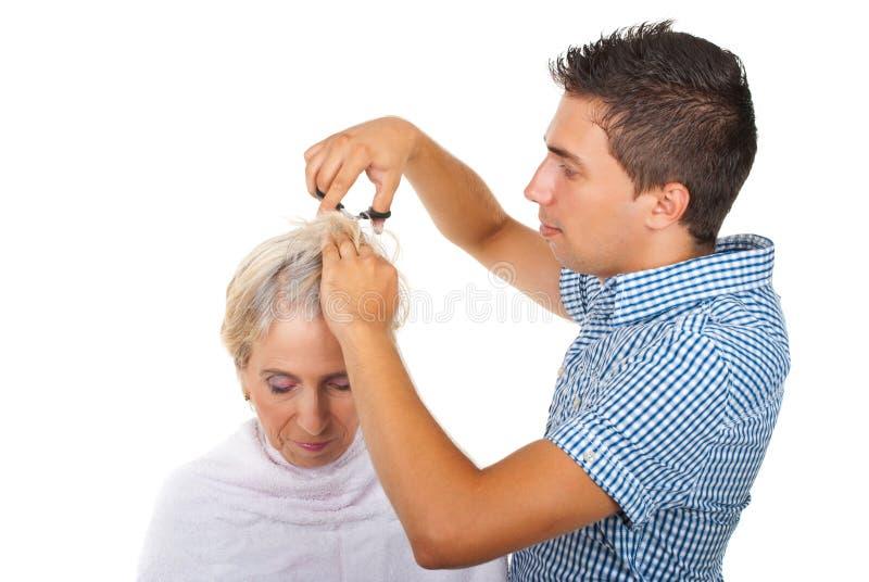отрежьте женщину hairstylist волос стоковая фотография