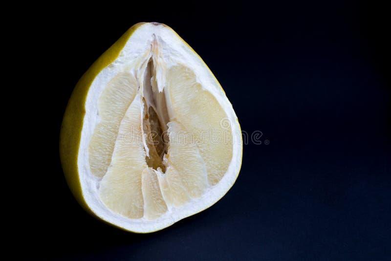 Отрежьте плод pomello с сочной пульпой, на черной предпосылке стоковое фото rf