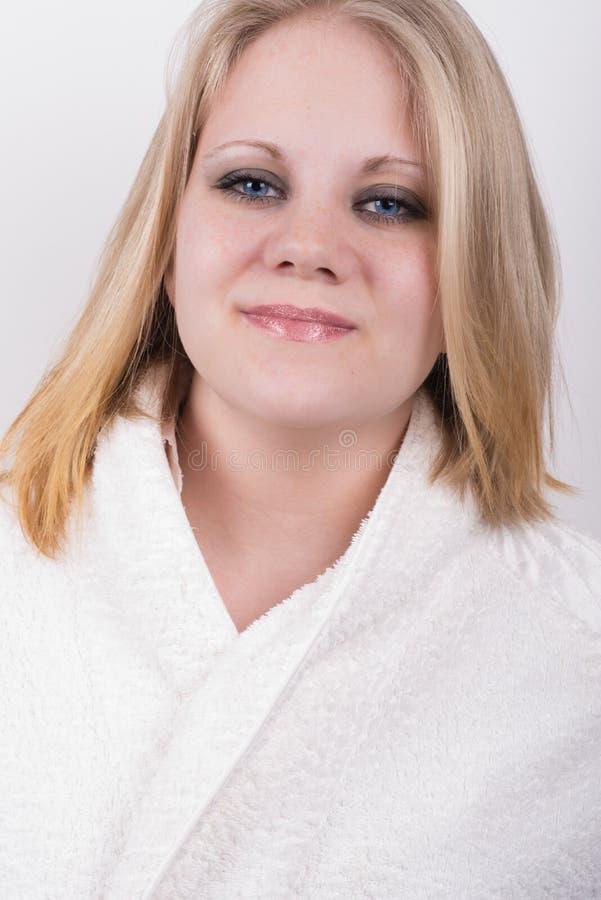 Отрежьте свежую молодую женщину в купальном халате в спе стоковое фото