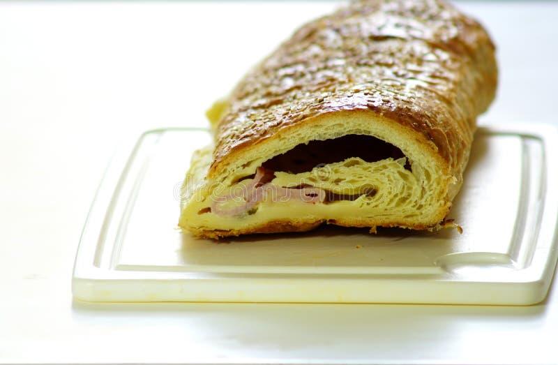 Отрежьте хлебец с мясом на кухонном столе свеже Deliciou стоковые изображения rf