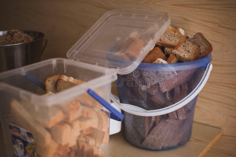 Отрежьте хлеб в ведре для бродяги стоковая фотография rf