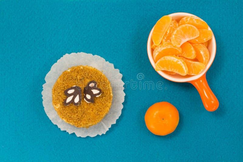 отрезает tangerine Торт background card congratulation invitation Взгляд сверху стоковая фотография rf