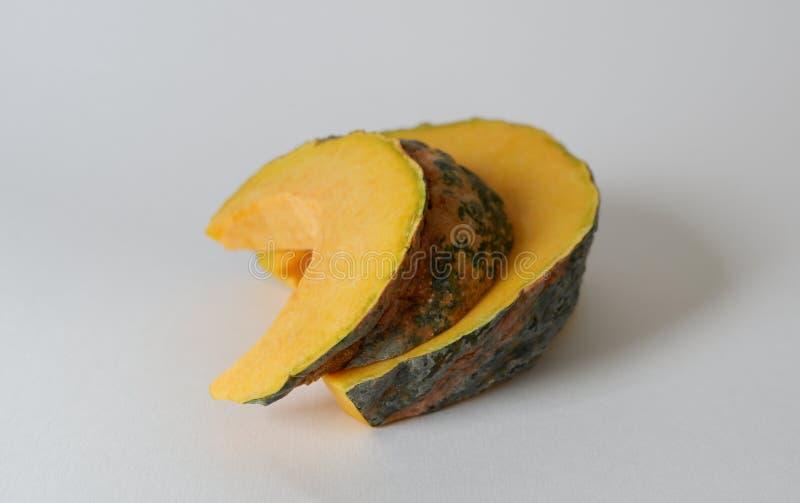 Отрезанная тайская желтая тыква изолированная с белой предпосылкой стоковые изображения