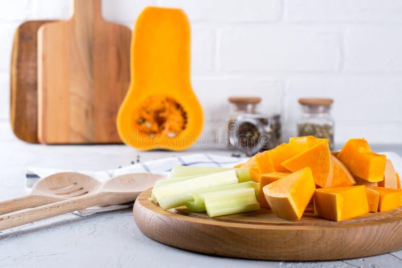 Отрезанная тыква на деревянной доске Еда домашней кухни с тыквой стоковое изображение rf