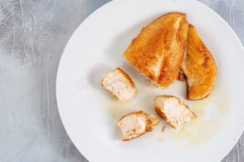Отрезанное мясо жареной курицы белое на плите стоковые фотографии rf