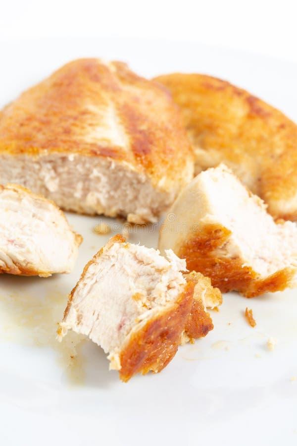 Отрезанное мясо жареной курицы белое на плите стоковое фото