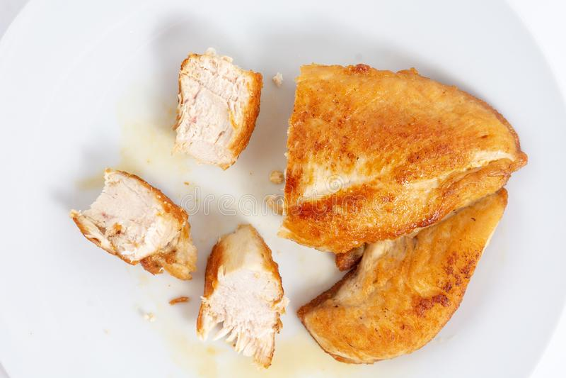 Отрезанное мясо жареной курицы белое на плите стоковая фотография