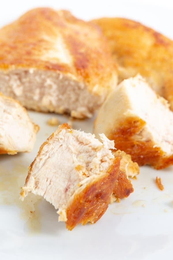 Отрезанное мясо жареной курицы белое на плите стоковое изображение rf