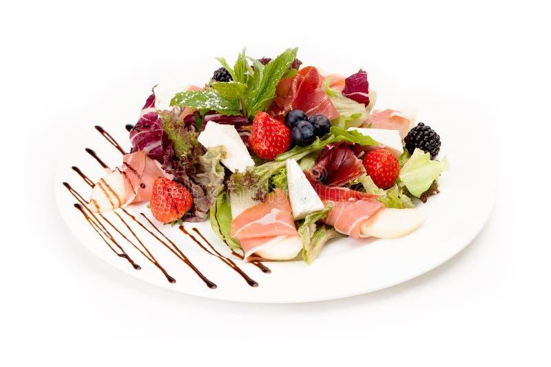 Отрезанное мясо с листьями, клубникой, ежевикой и сыром салата стоковое изображение rf