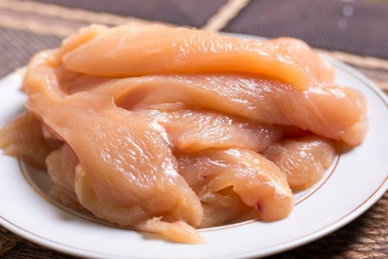 Отрезанное филе грудей белого мяса цыпленка на плите стоковая фотография