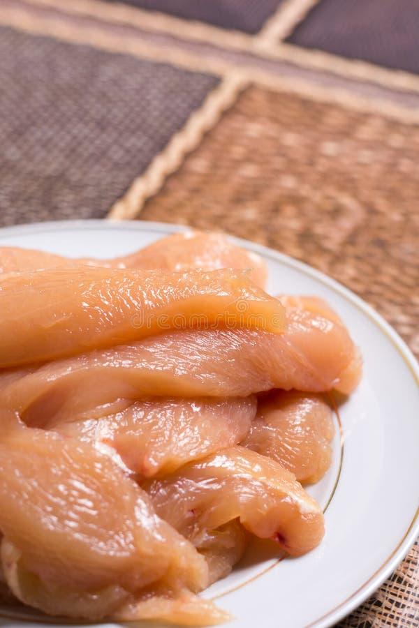 Отрезанное филе грудей белого мяса цыпленка на плите стоковые фотографии rf
