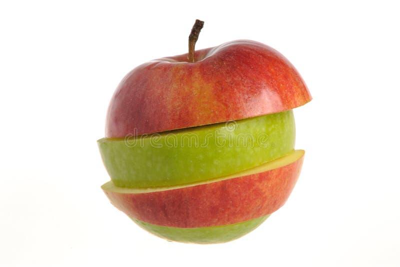 Отрезанное яблоко которое собрано от зеленого и красного isolat яблок стоковое фото rf