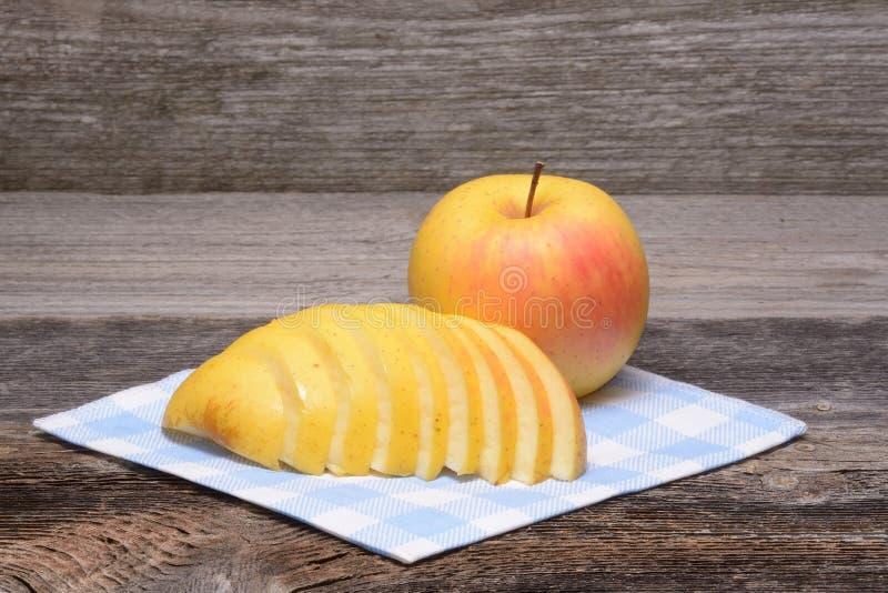 отрезанное яблоко стоковая фотография rf
