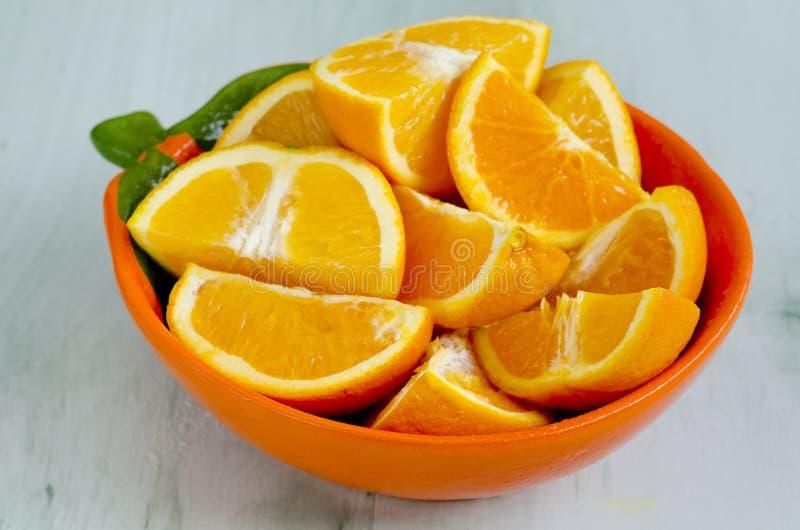 Отрезанные апельсины в шаре стоковые изображения rf
