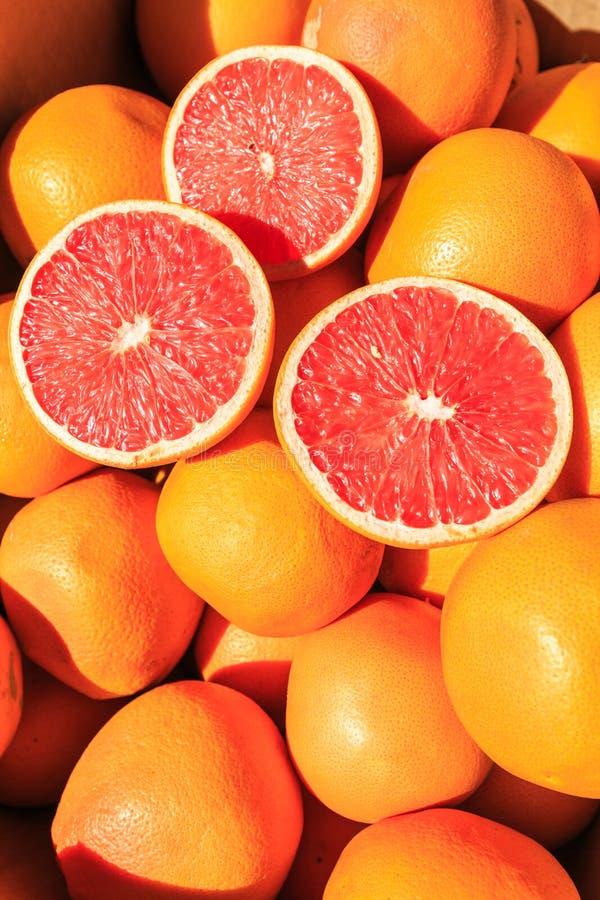 Отрезанные апельсины на куче апельсинов стоковое фото