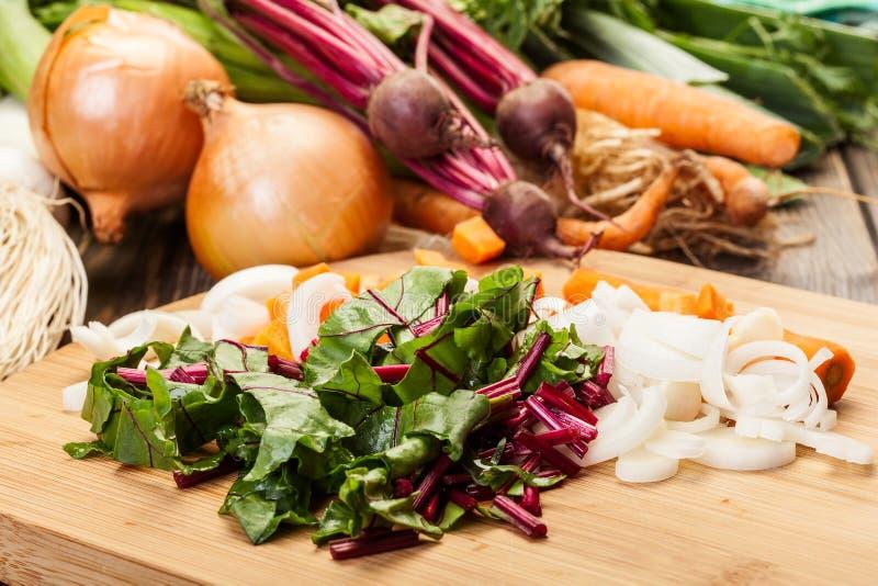 Отрезанные бураки, моркови и лук-порей стоковое фото