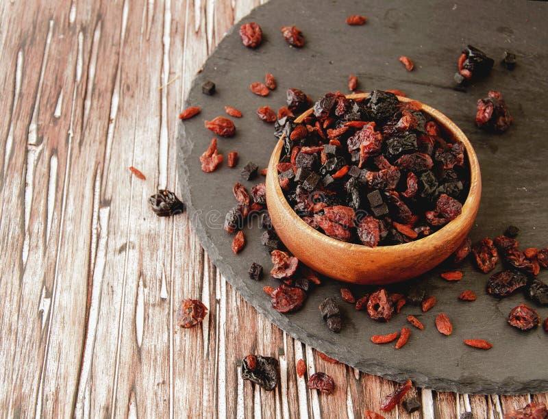 Отрезанные высушенные плодоовощи в деревянном шаре на таблице стоковые изображения