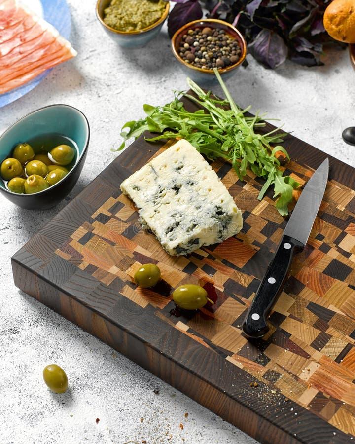 Отрезанные голубой сыр и оливки с arugula стоковая фотография rf