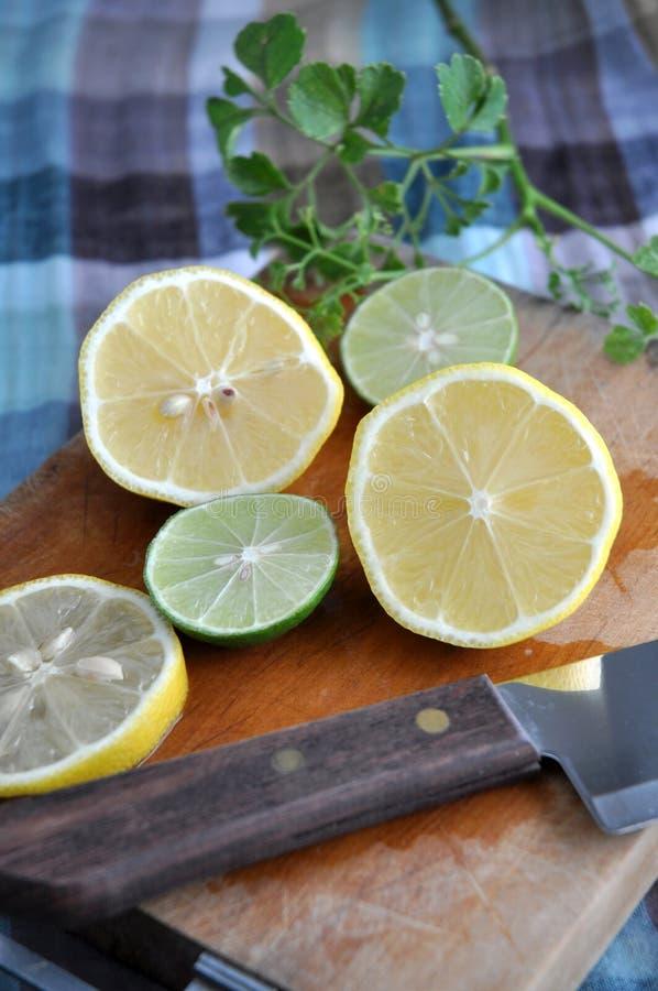 Отрезанные лимон и известка стоковая фотография rf