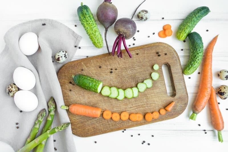 Отрезанные овощи для салата на деревянной разделочной доске, окруженные овощами Плоское положение, взгляд сверху стоковые фотографии rf