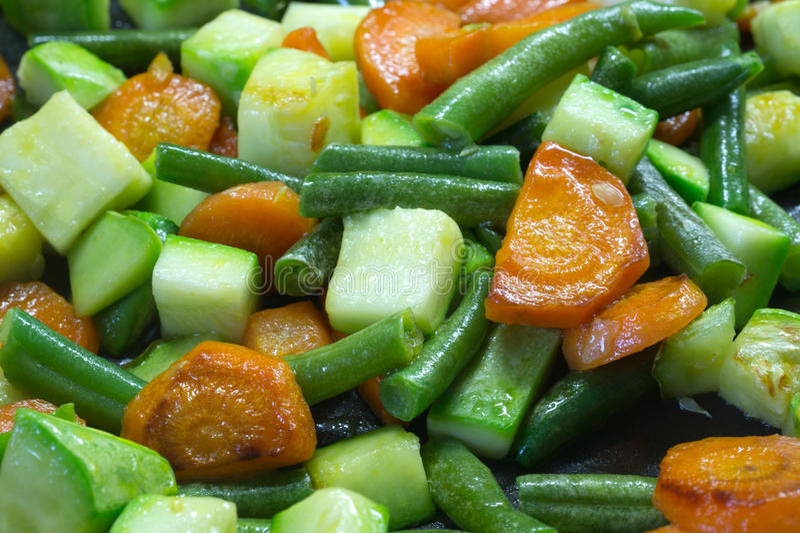 Отрезанные овощи, зажаренные в масле в сковороде стоковая фотография rf