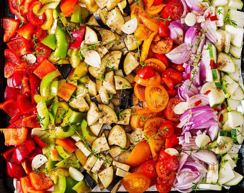 Отрезанные овощи на подносе выпечки подготовили для печь стоковое фото rf