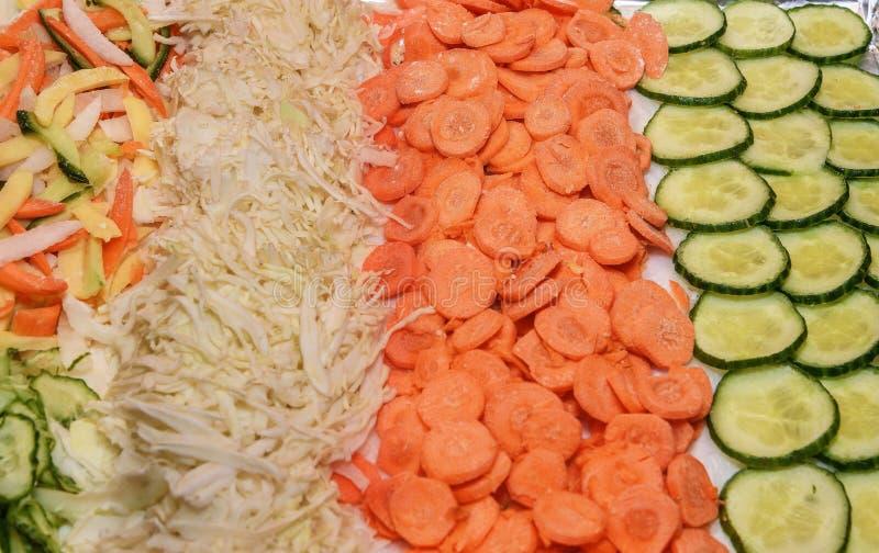 отрезанные овощи Огурец, морковь, вырезывание капусты в круги стоковое изображение rf