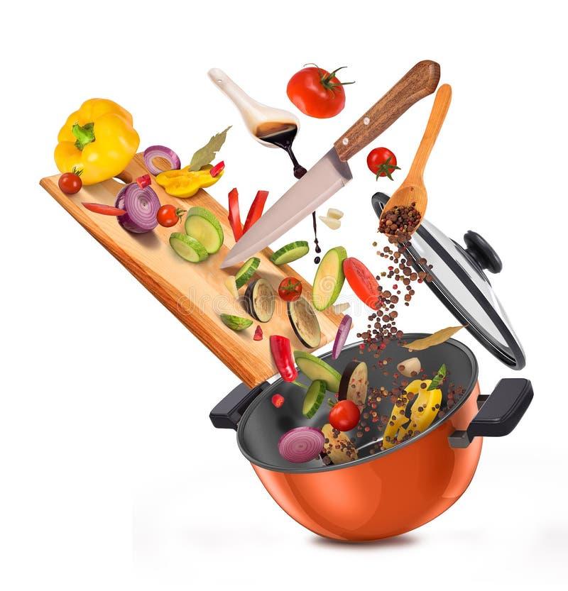 Отрезанные овощи ‹â€ ‹â€ на доске, падая в лоток иллюстрация вектора