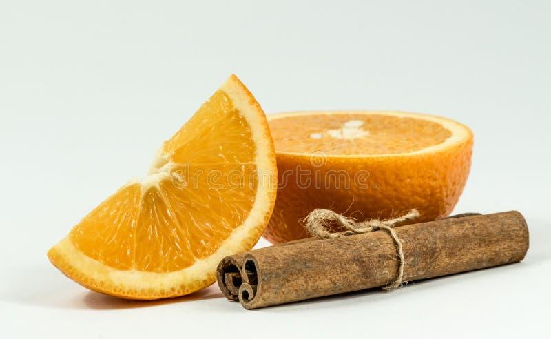 Отрезанные оранжевые и приправленные специи стоковое фото