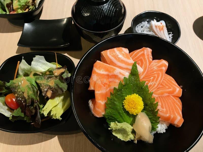 Отрезанные семги надевают с японскими рисом и салатом для здоровья стоковое фото