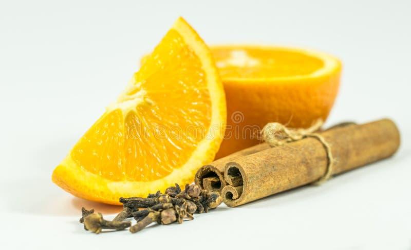 Отрезанные сочные апельсин и специи стоковое фото rf