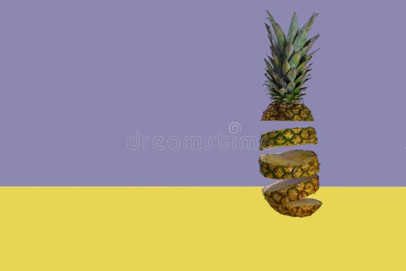 Отрезанный ананас на пастельной сини желтая предпосылка Минимальная концепция плода стоковое фото