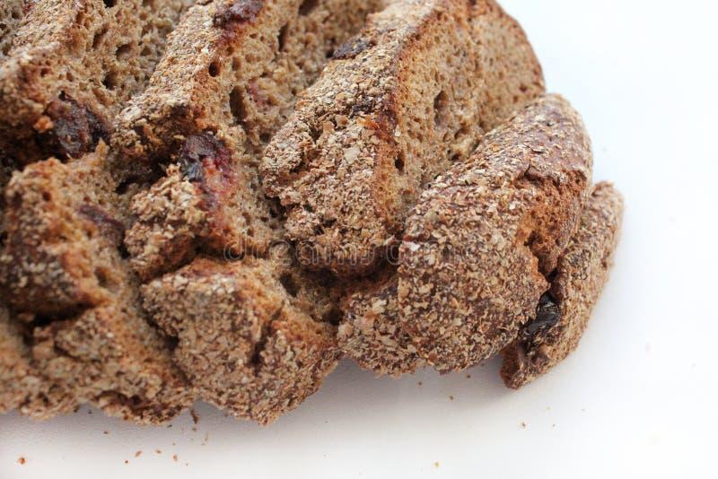 Отрезанный домодельный хлеб рож с клюквами r стоковые фото