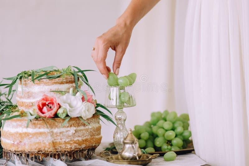 Отрезанный женихом и невеста деревенский банкет свадьбы свадебного пирога стоковые изображения