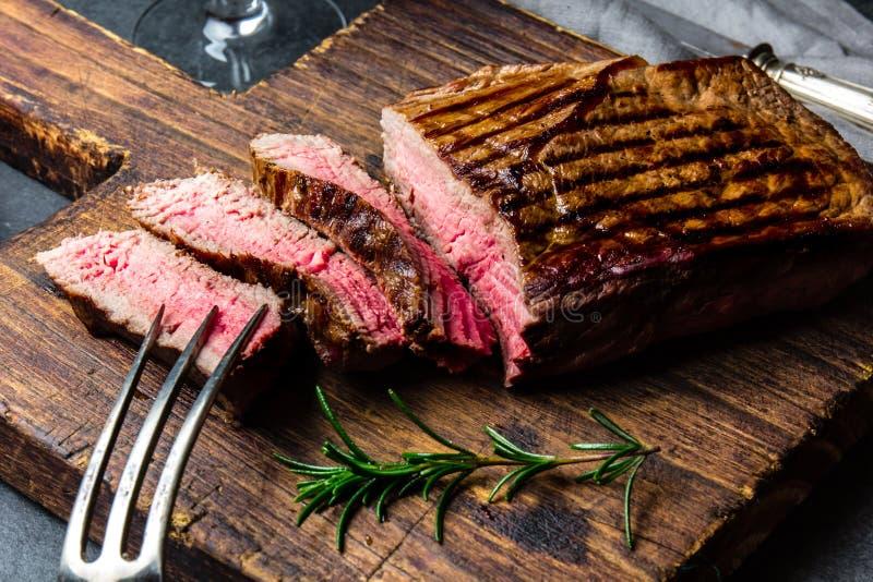Отрезанный зажаренный стейк говядины средства редкий служил на барбекю деревянной доски, tenderloin говядины мяса bbq Взгляд свер стоковое фото rf