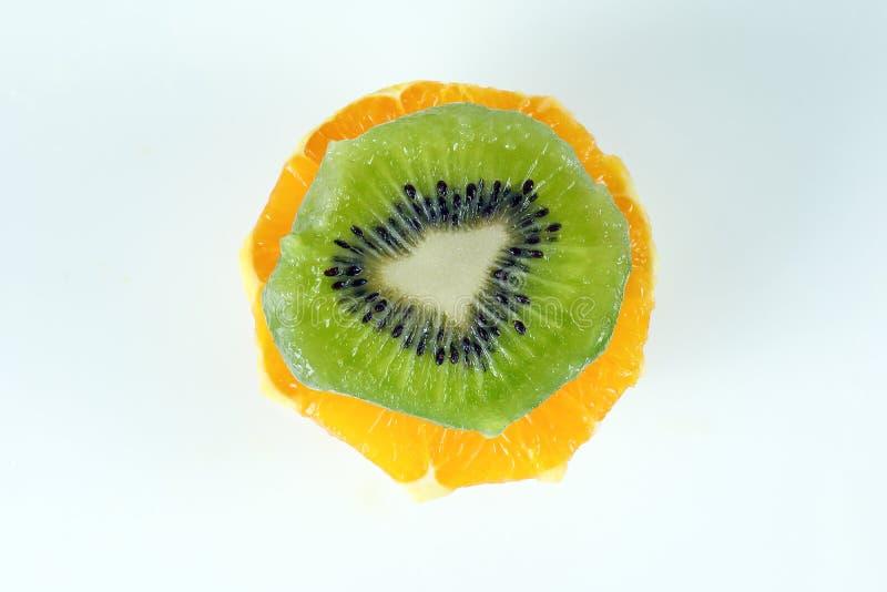 Отрезанный киви апельсина стога плодоовощ стоковое изображение