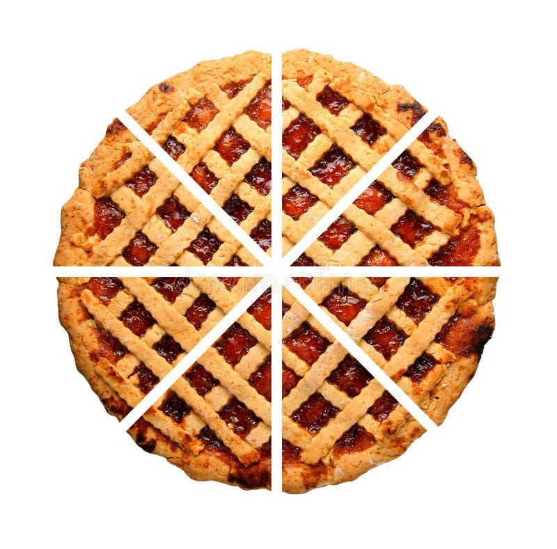 Отрезанный домодельный весь изолированный пирог варенья клубники стоковые изображения
